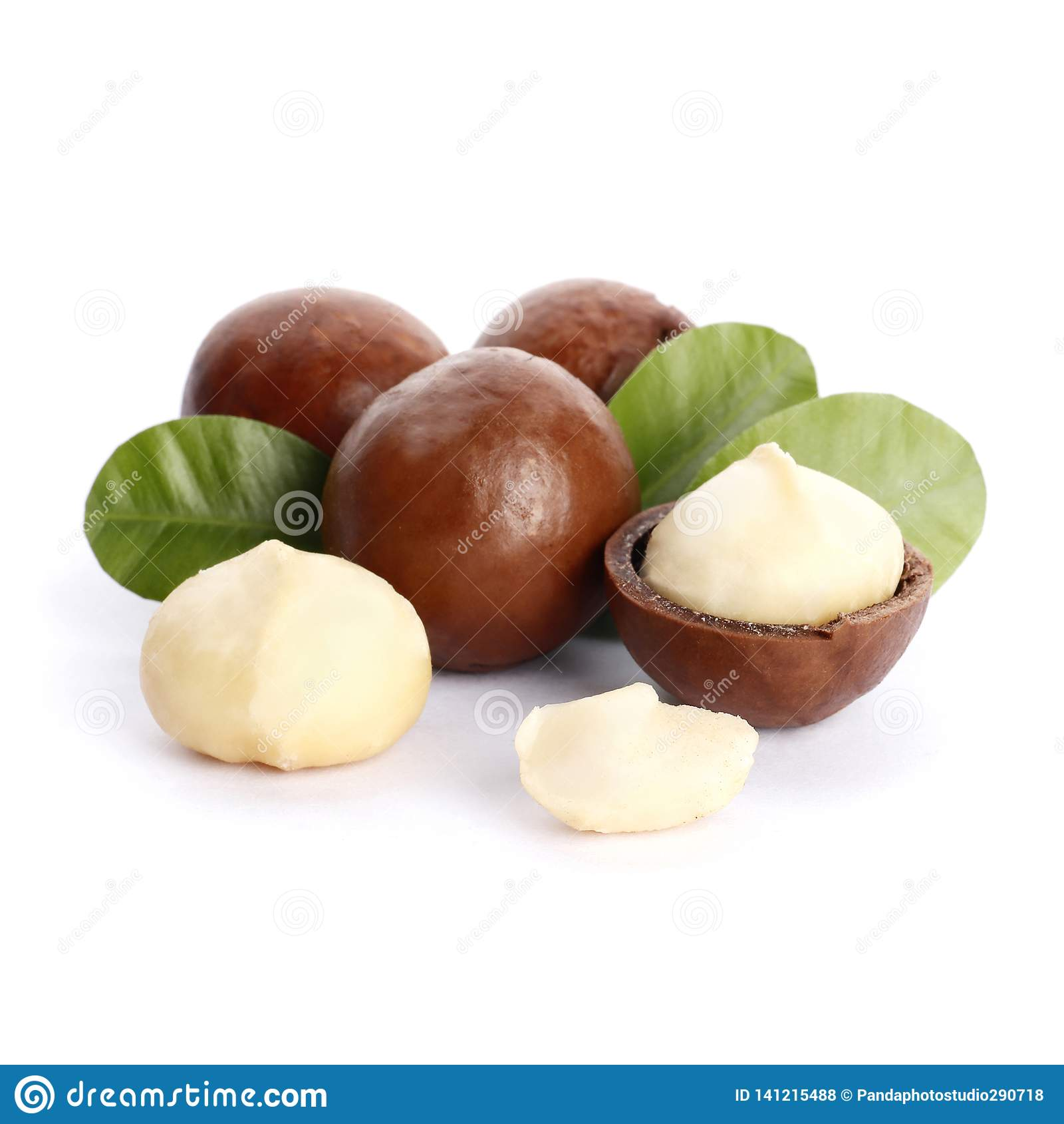 Noci di macadamia e foglia verde isolate su fondo bianco