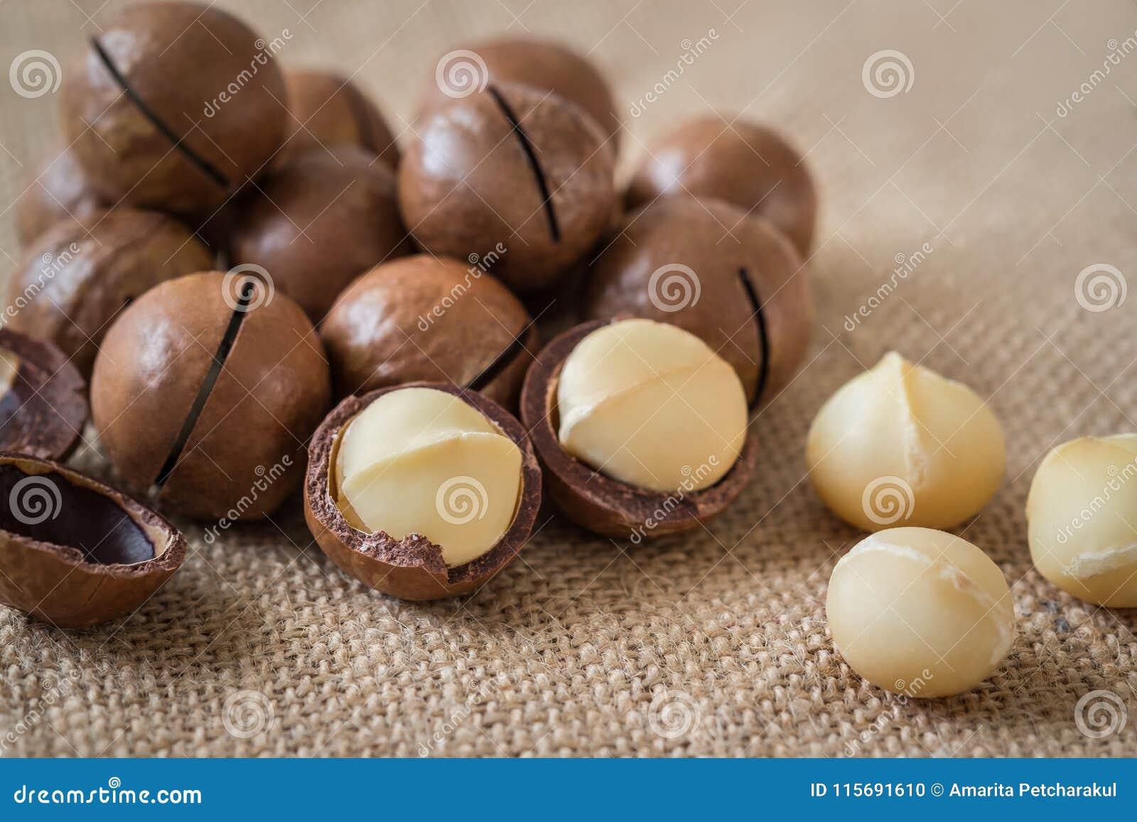 Noci di macadamia su tela di sacco