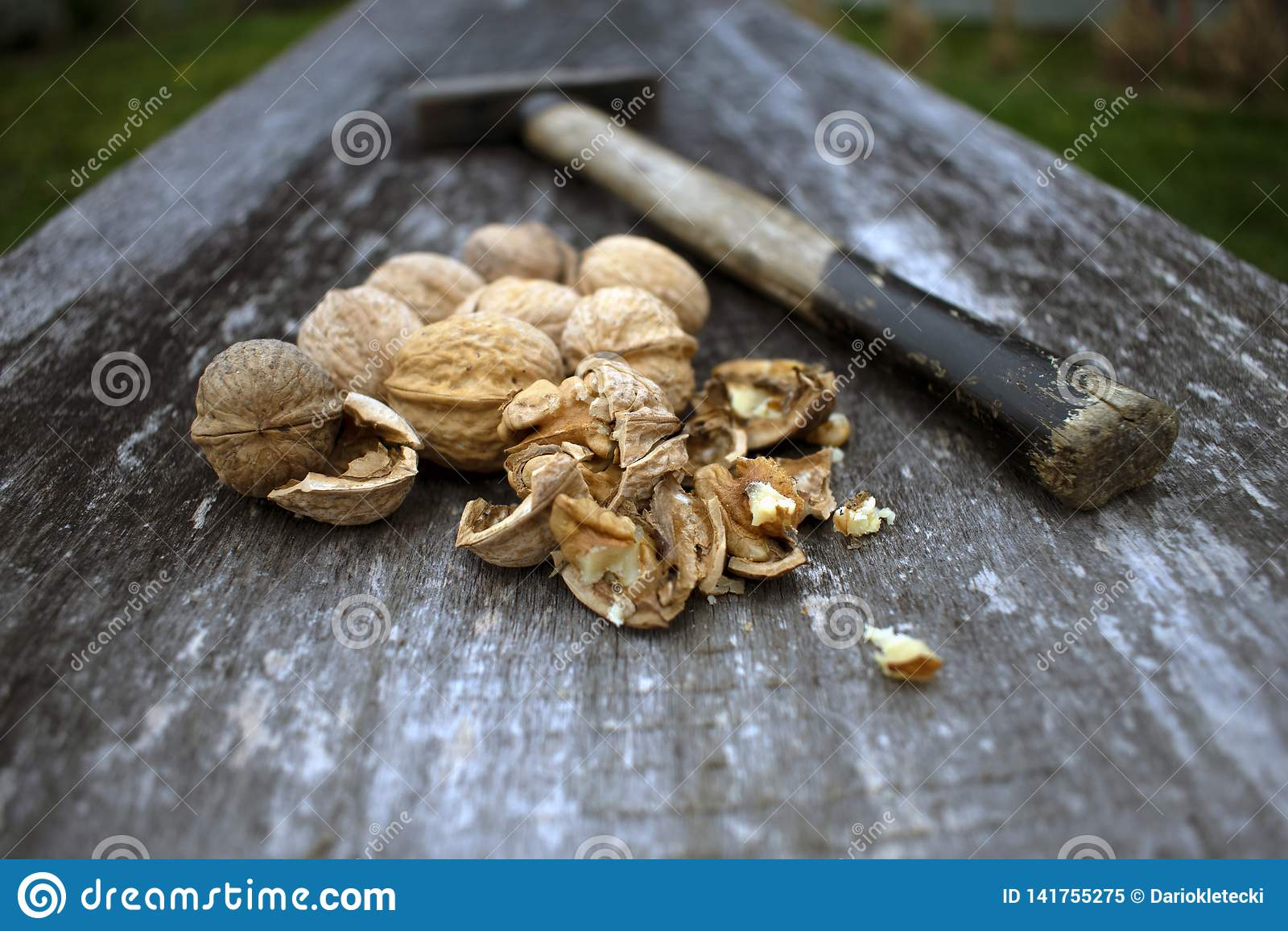 Noci incrinate sul bordo di legno rustico