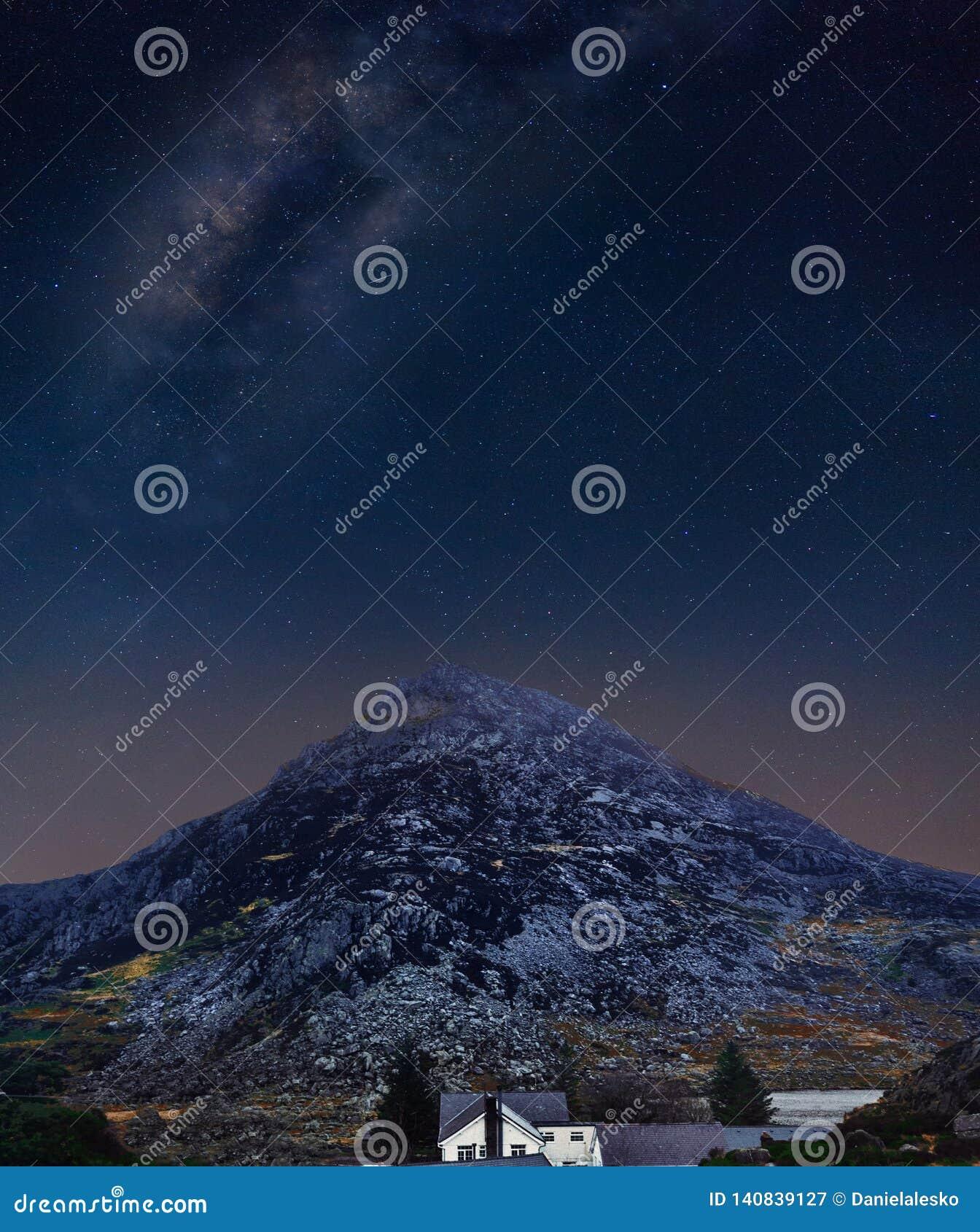 Nocne niebo w Snowdonias górach w Północnym Walia