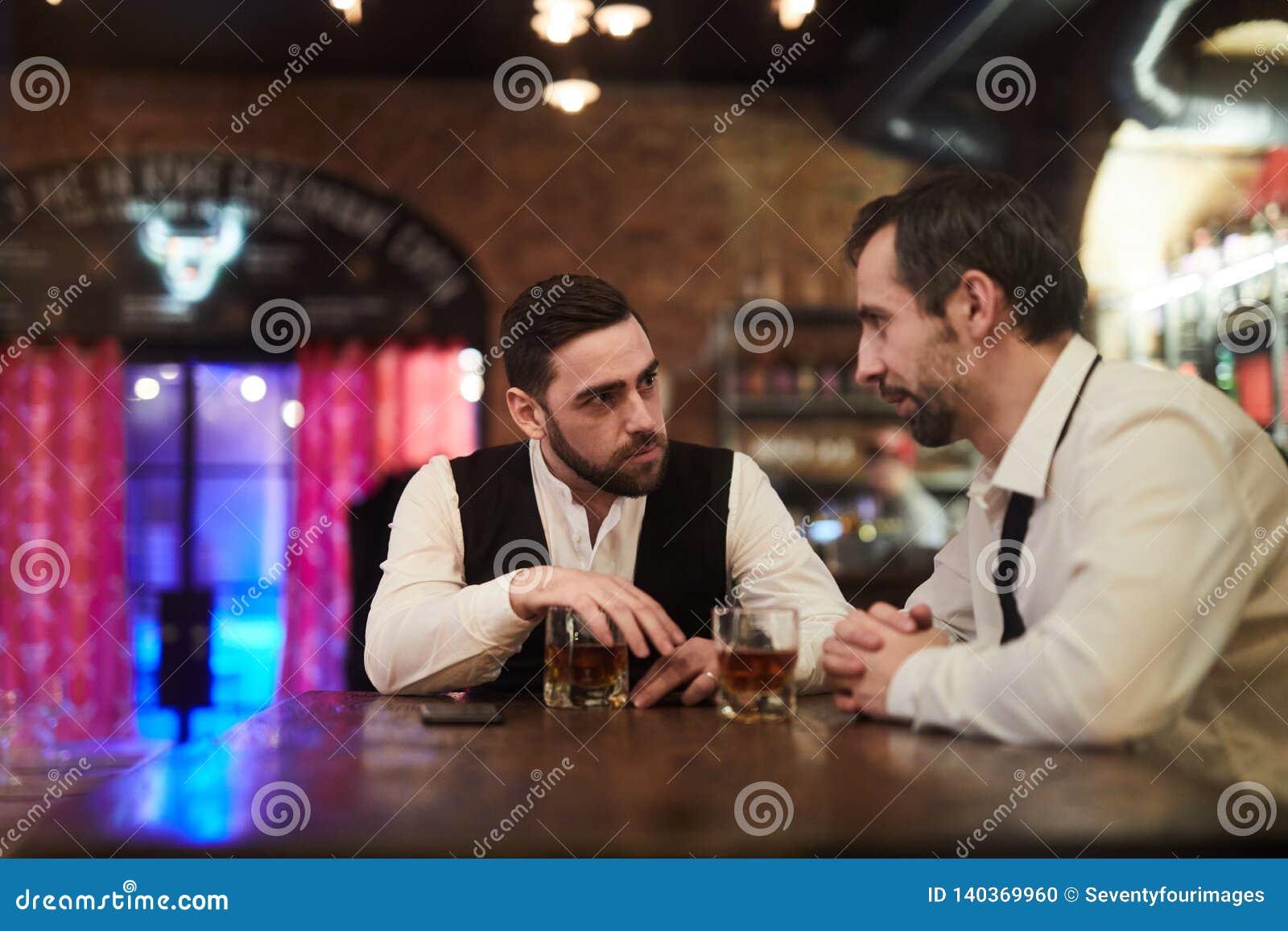 Nocny gawędzenie w barze