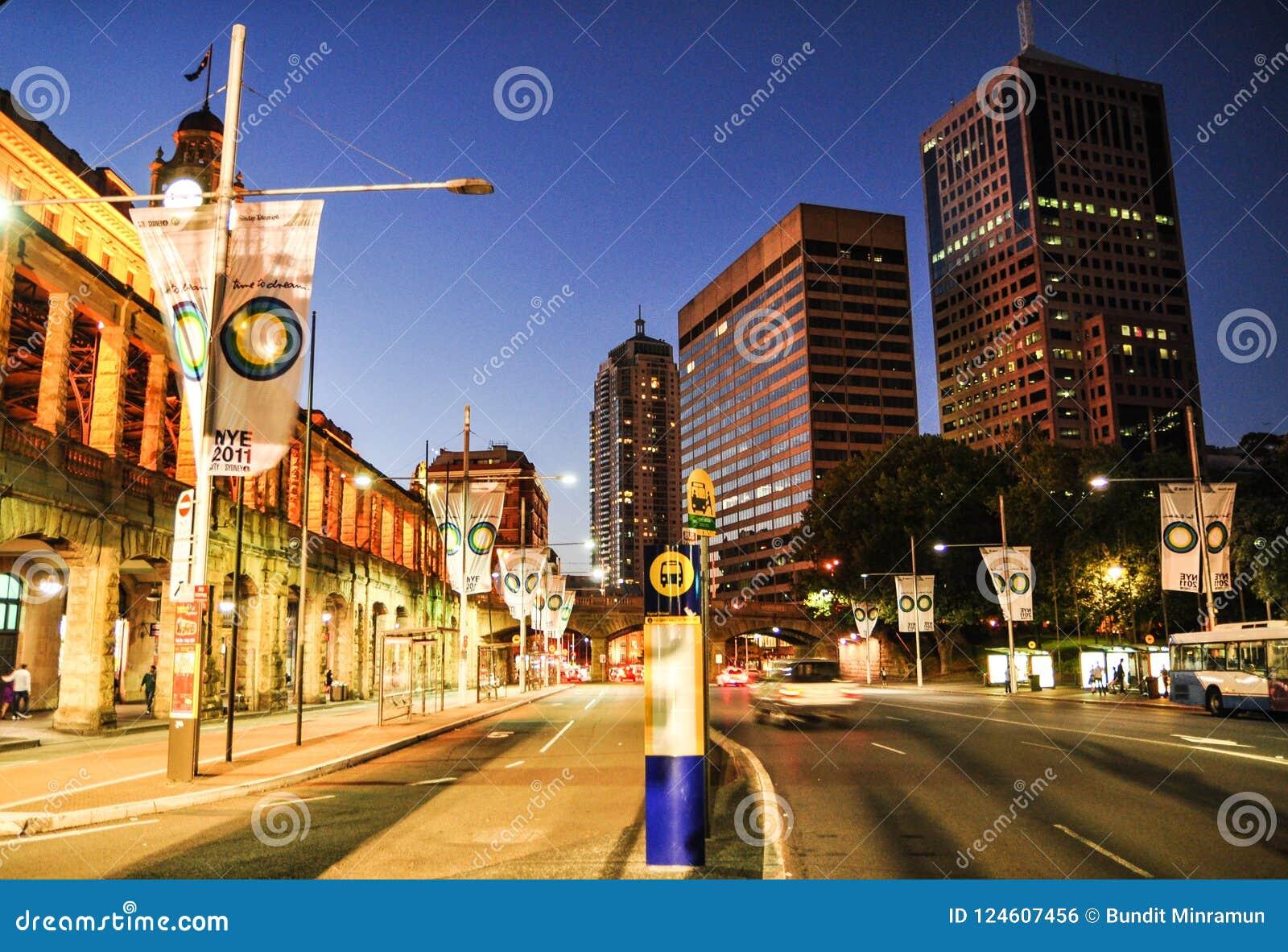 Nocy fotografia Sydney pejzaż miejski przy Środkową stacją kolejową na wirze Ave,