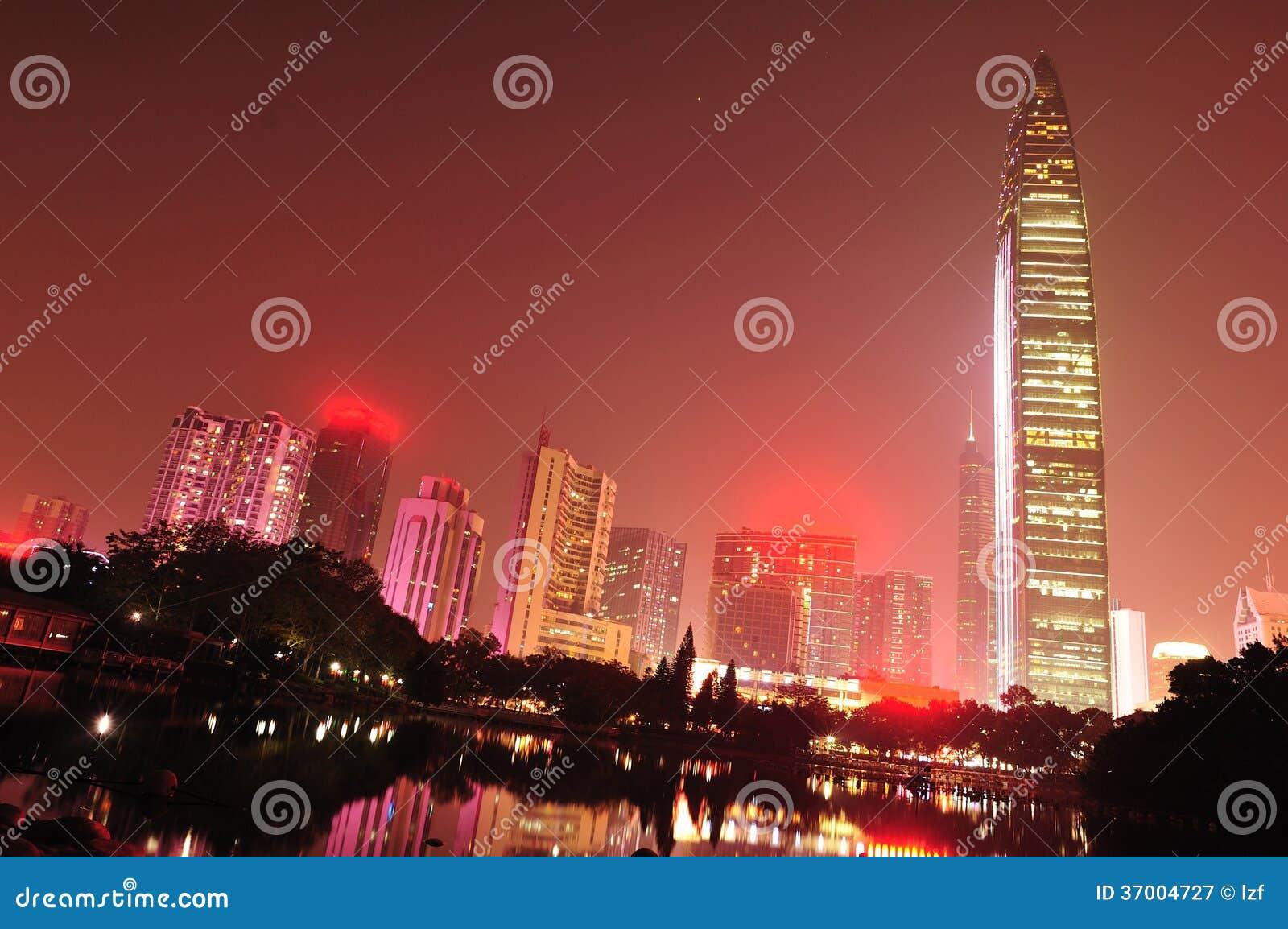 Nocy linia horyzontu w Shenzhen mieście