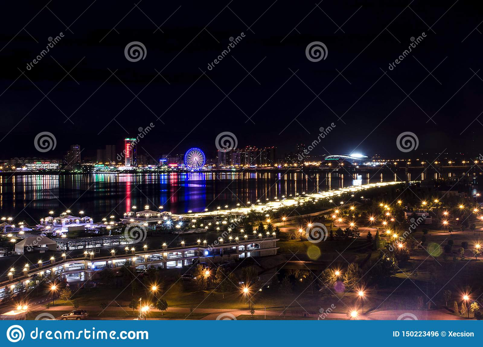 Nocy miasto od elewacji