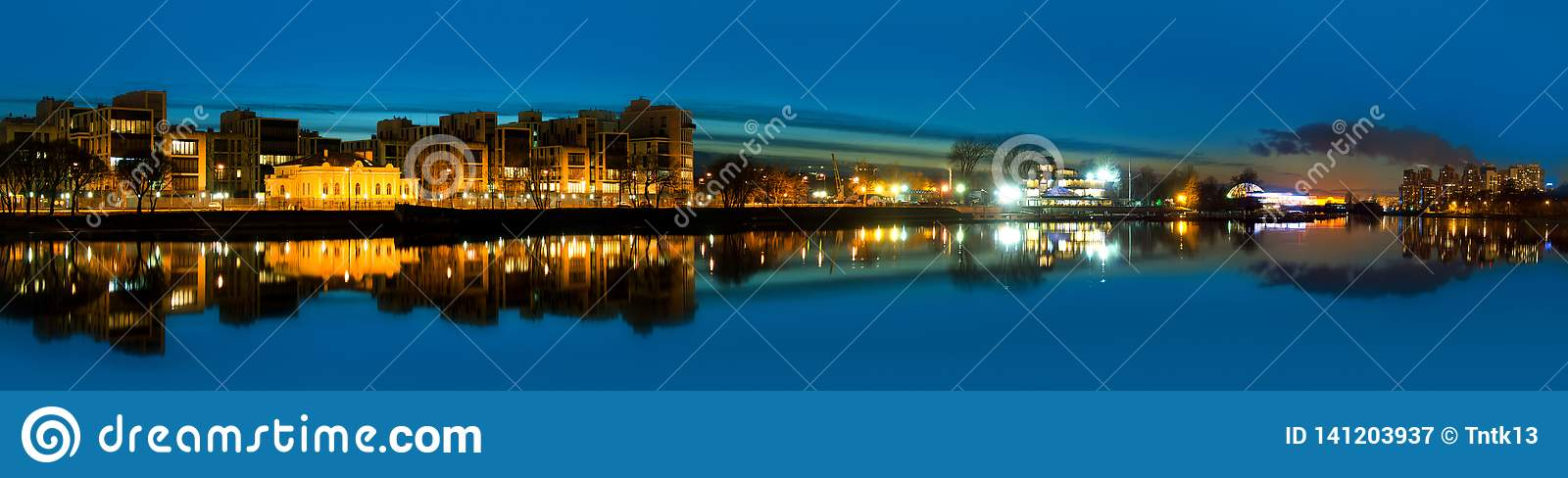 Nocy panoramiczna fotografia rzeka i miasto - St Petersburg i, federacja rosyjska