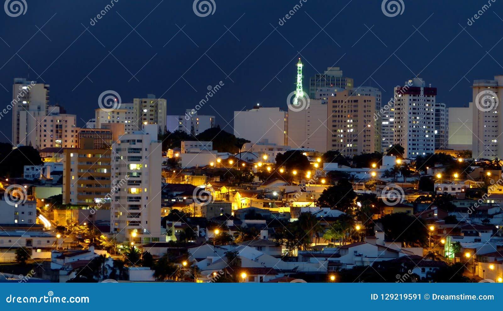 Nocy scena w mieście w Brazylia