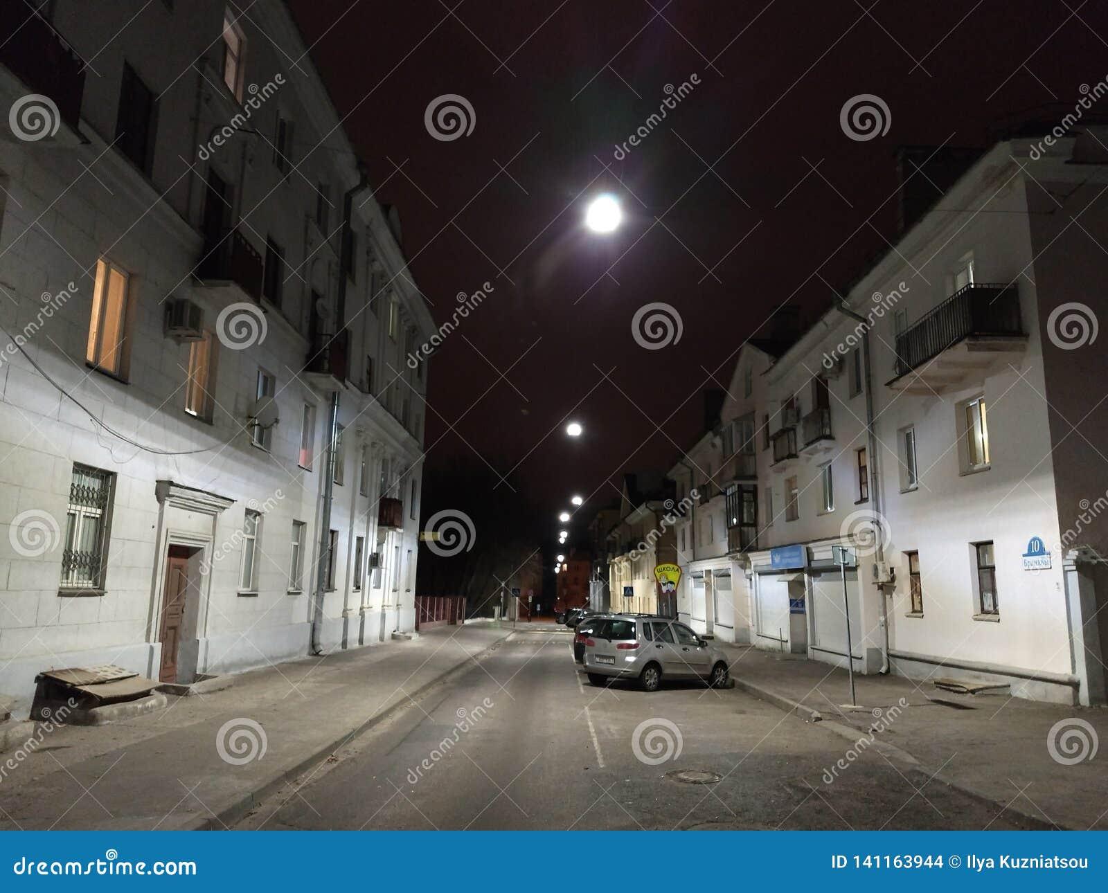 Nocy scena w starym miasteczku w Europa