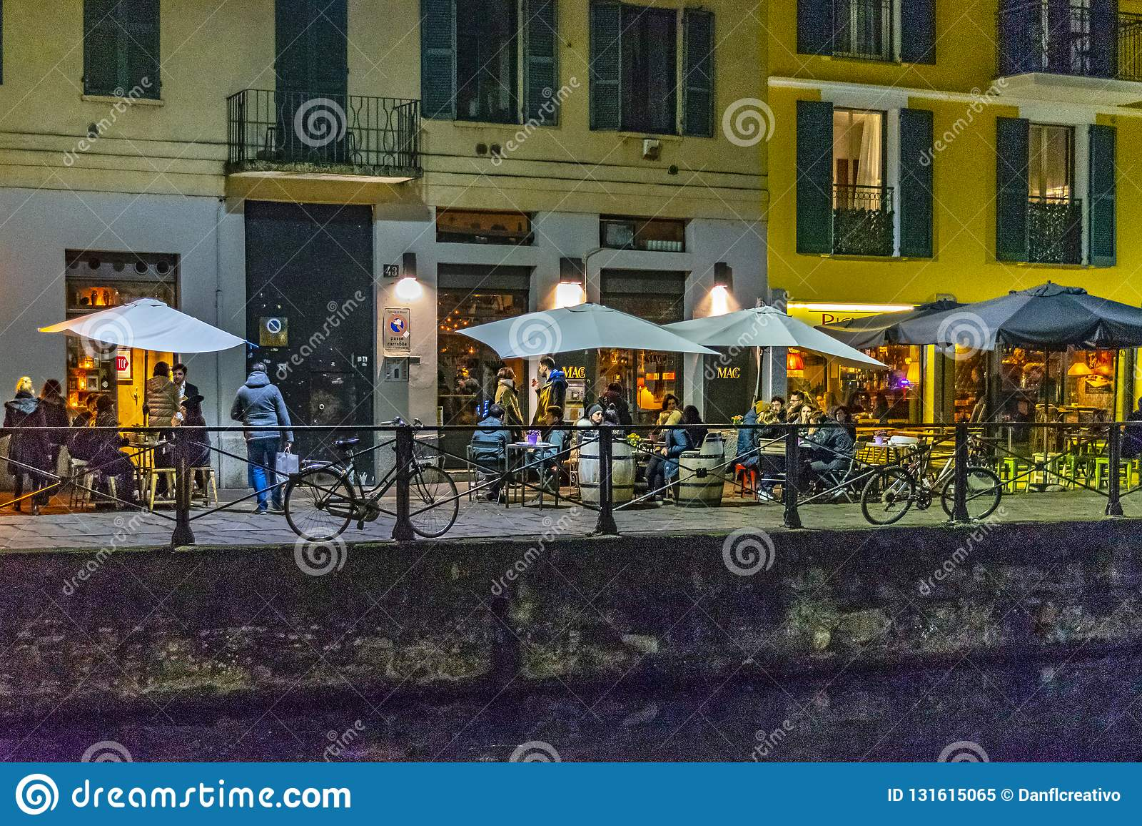Nocy sceny restauracyjna zewnętrzna fasada przy navigli okręgiem