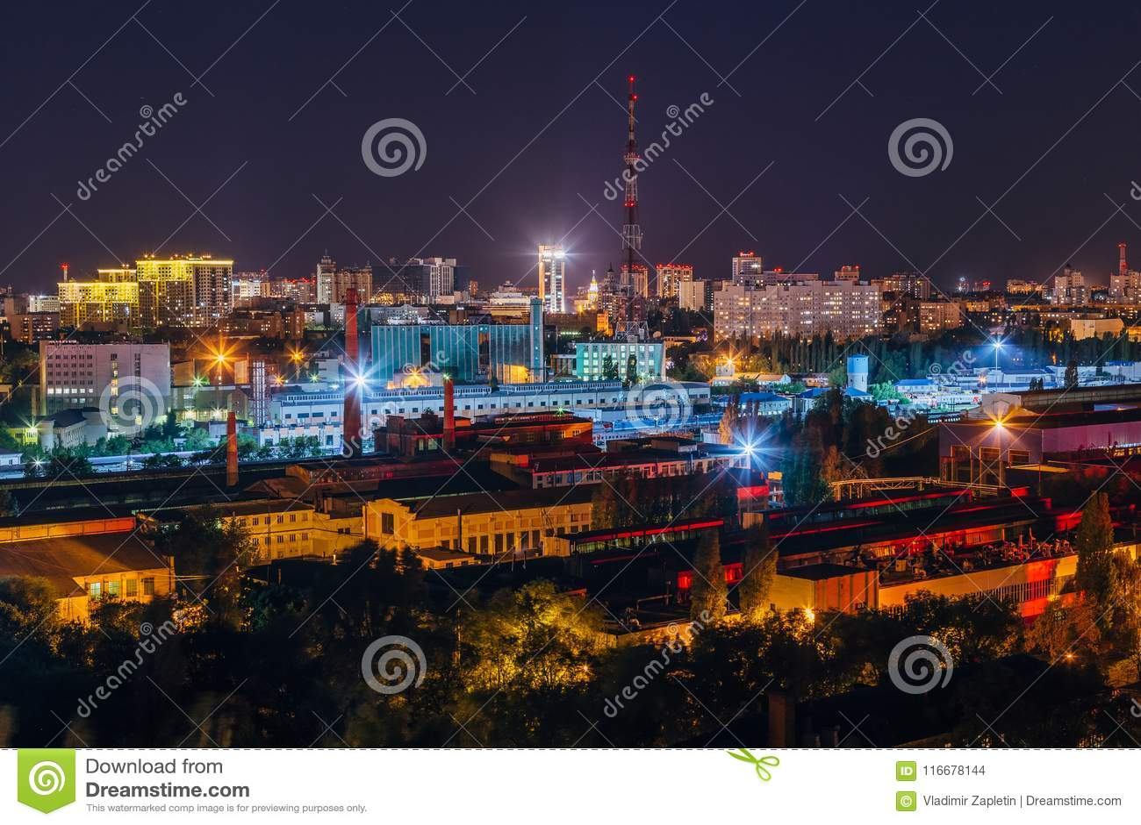 Nocy Voronezh pejzaż miejski, widok z lotu ptaka przemysłowy teren i telewizi transmisja, górujemy