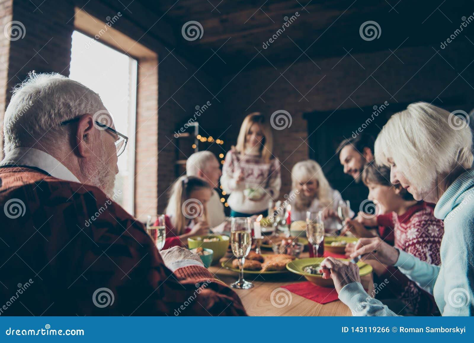 Noel-Abendfamilientreffen, Sitzung Grau-haarige Großeltern