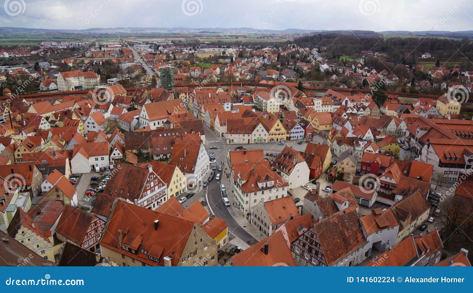 Noerdlingen abriga casas da madeira da vista aérea meias
