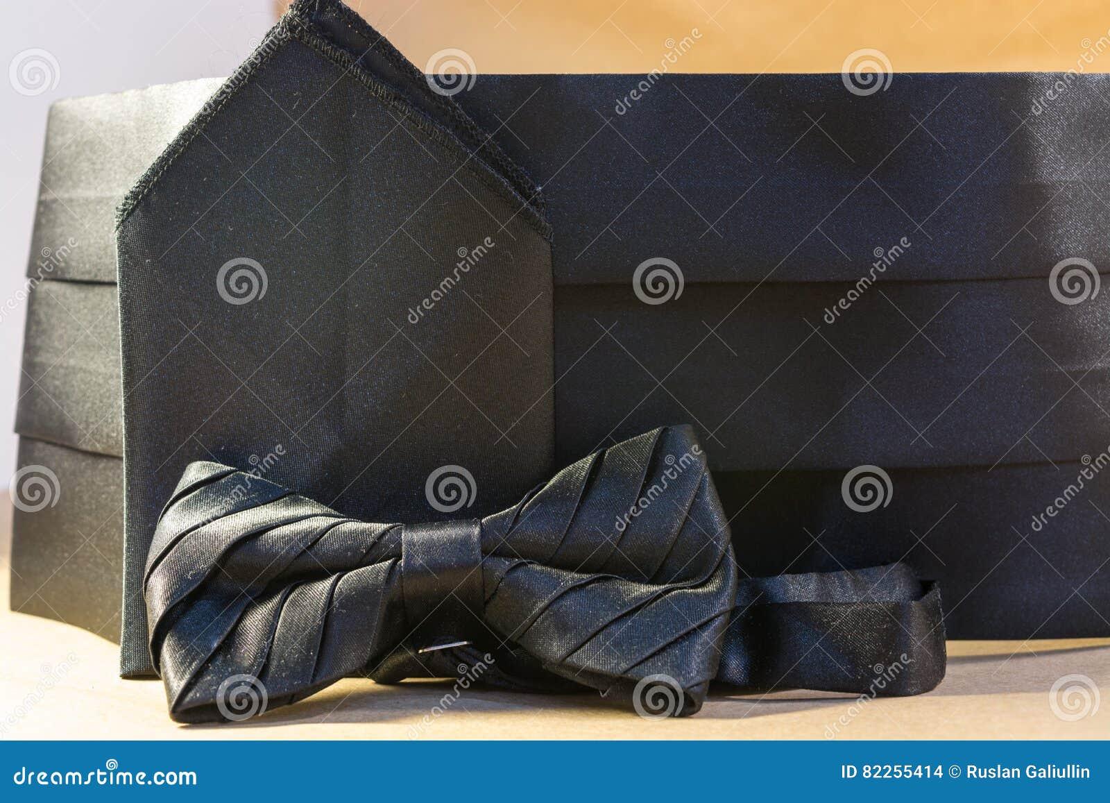 79a1bafb04ea Noeud Papillon Noir Avec Une Ceinture Et Un Mouchoir Photo stock ...