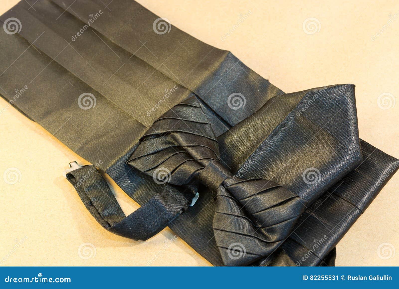 31460e1b09b7 Noeud Papillon Noir Avec Une Ceinture Et Un Mouchoir Image stock ...