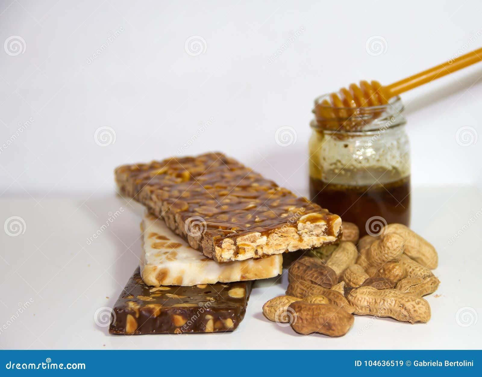 Download Noga Met Honing En Pinda's Op Witte Achtergrond Stock Afbeelding - Afbeelding bestaande uit smakelijk, suikergoed: 104636519