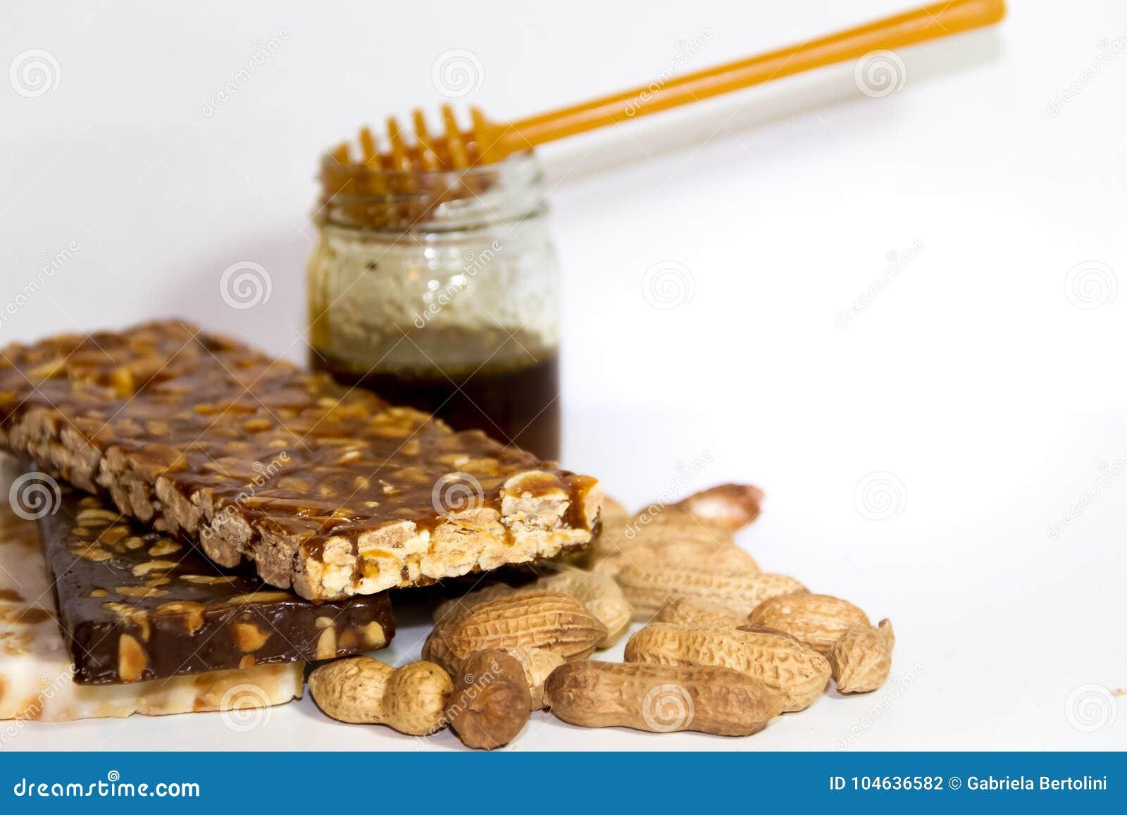 Download Noga Met Honing En Pinda's Op Witte Achtergrond Stock Foto - Afbeelding bestaande uit gebak, korrel: 104636582