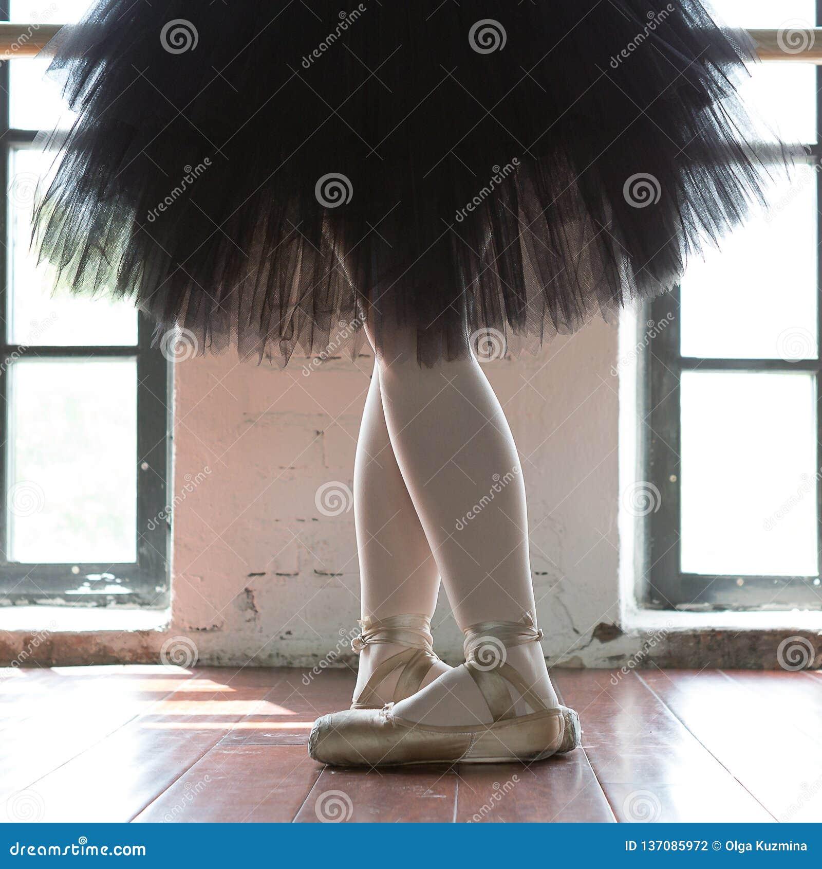 Nogi baleriny zbliżenie Nogi balerina w starym pointe Próby balerina w sali Konturowy światło od okno