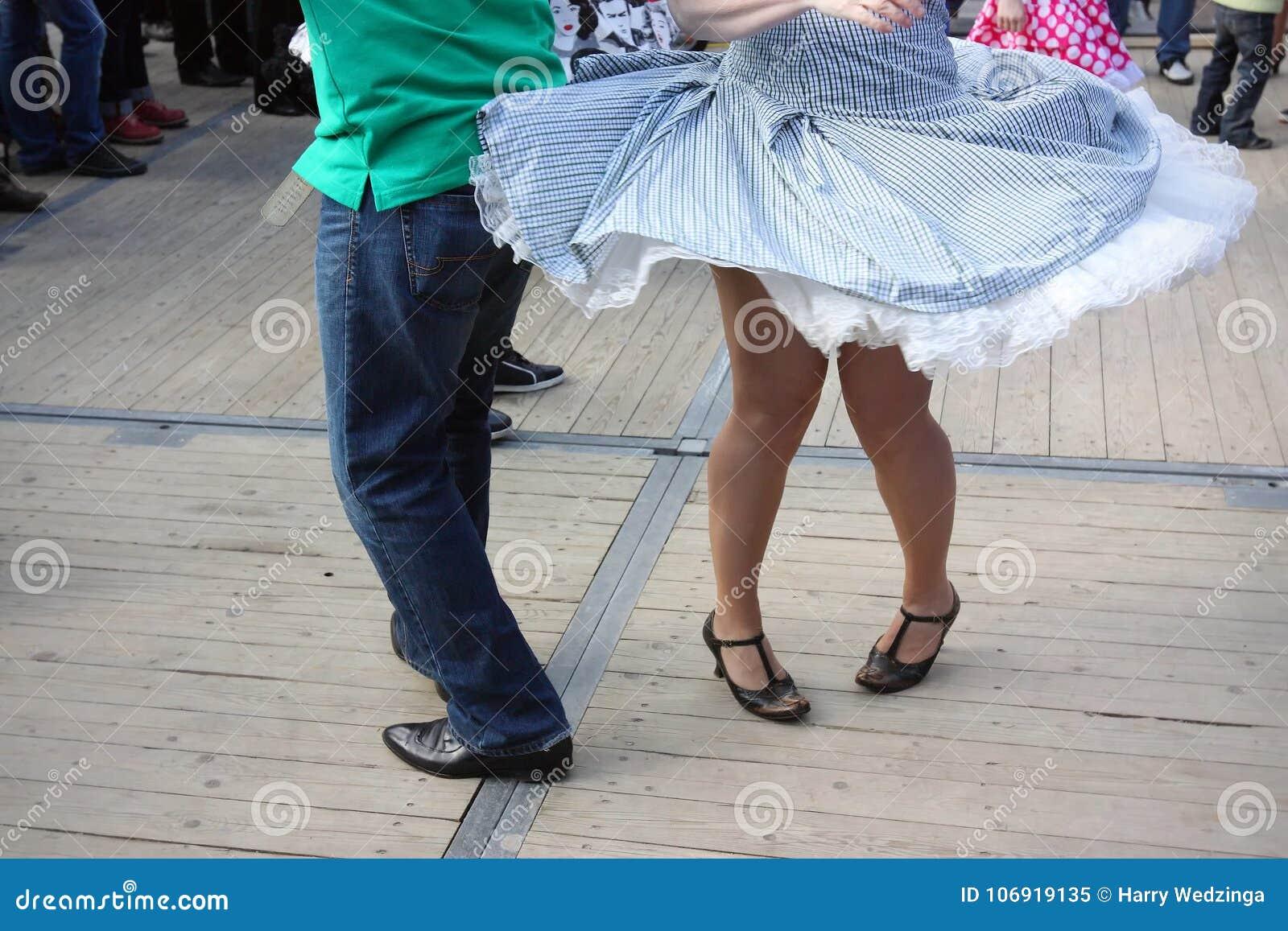 Nogi dwa rockowego ` n rolki tancerza