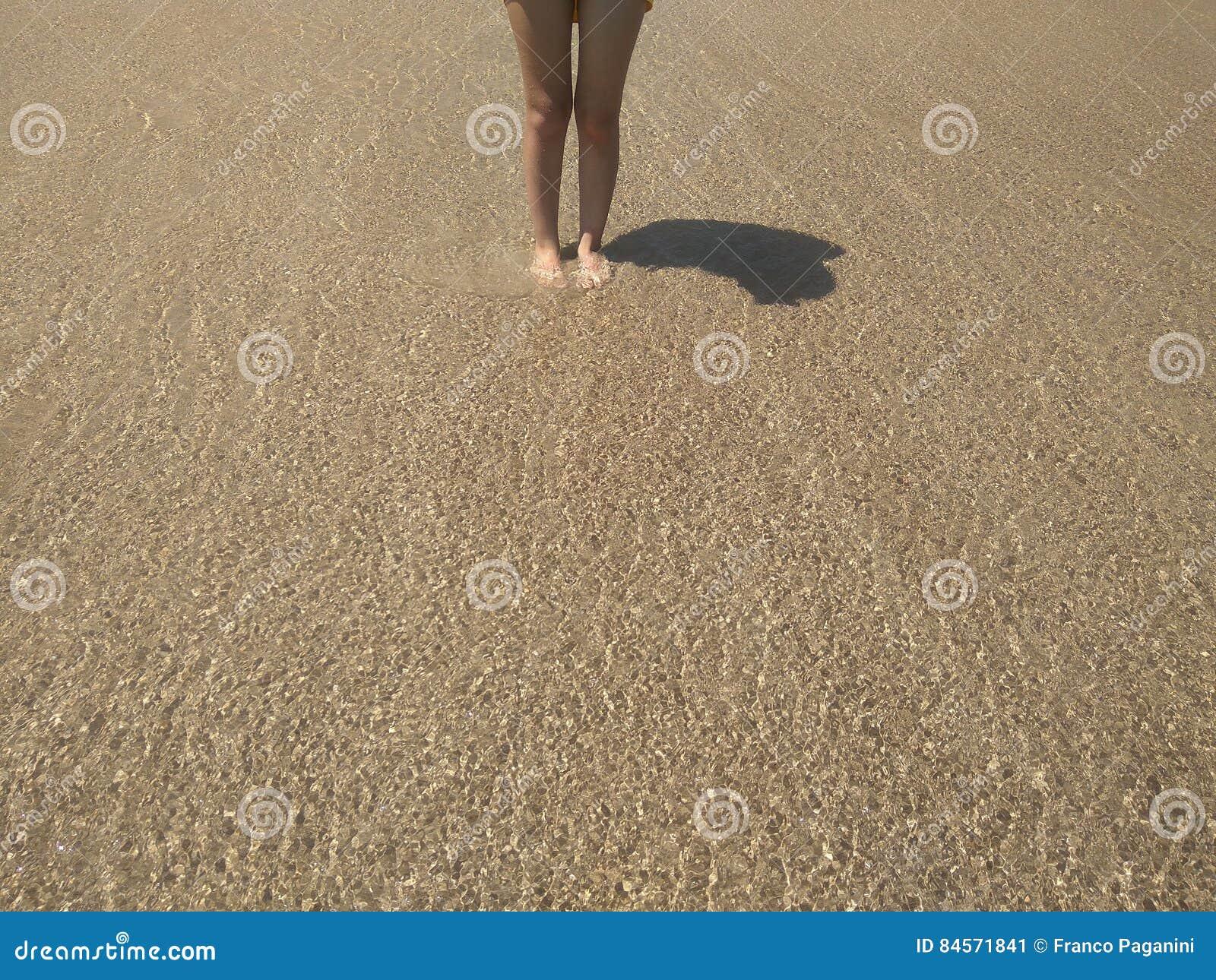 Nogi na wodnych przezroczystość fala