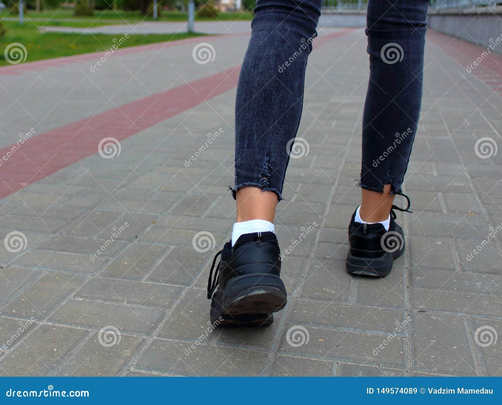Nogi w górę nastolatka odprowadzenia puszka