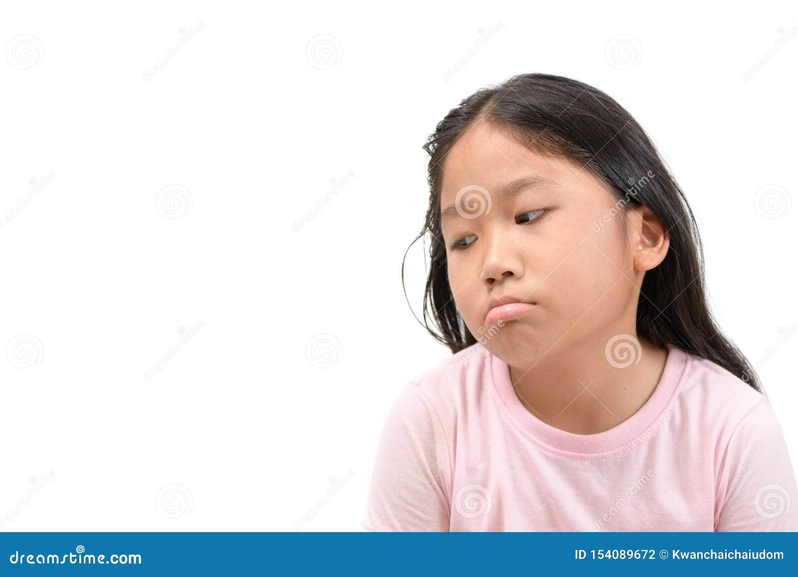 Noia annoiata e stanca della ragazza asiatica sveglia della scuola