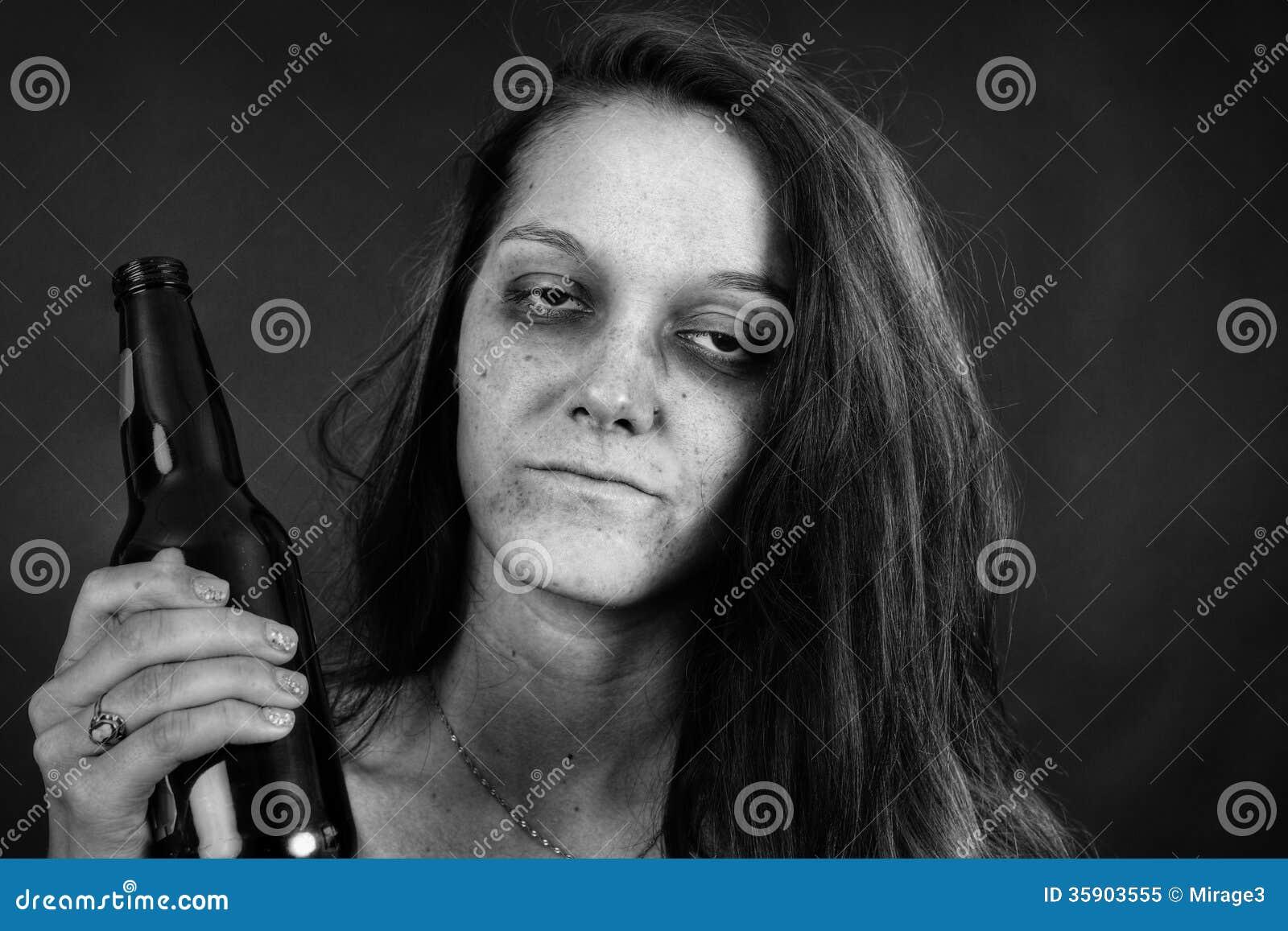 Noir et blanc de l intoxiqué de jeune femme