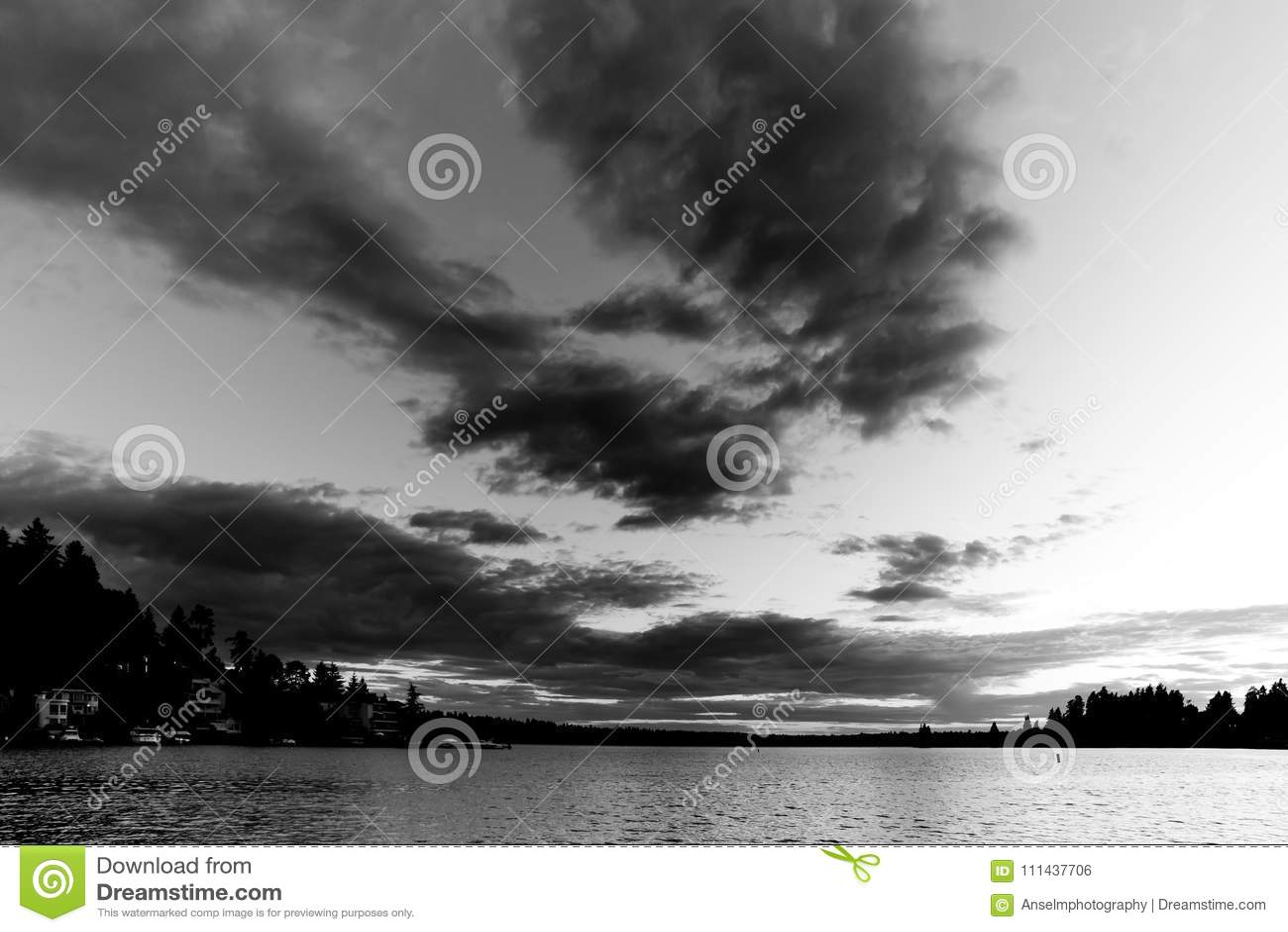 Noir et blanc du coucher du soleil au parc de plage de Meydenbauer chez Bellevue, Washington, Etats-Unis