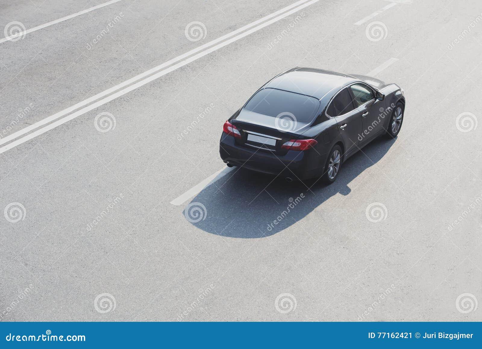 Noir moderne de voiture sur la route