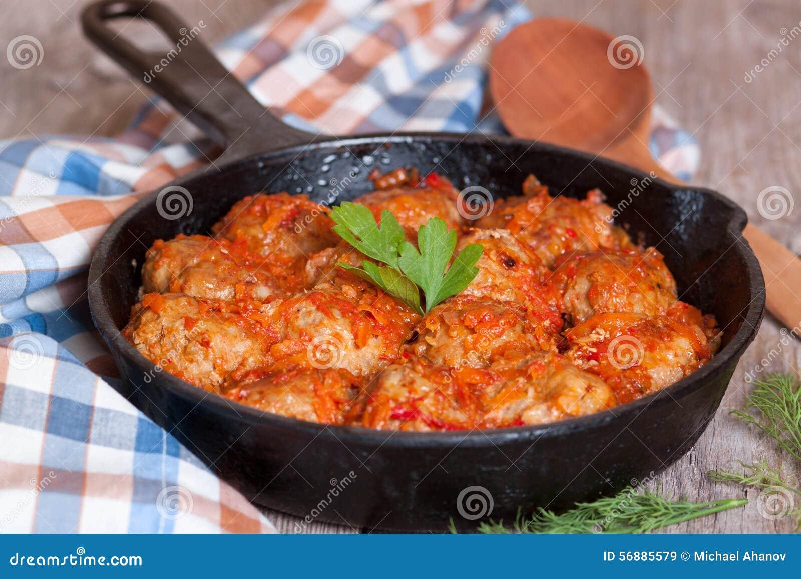 Noisettes è stufato nella salsa al pomodoro in una padella