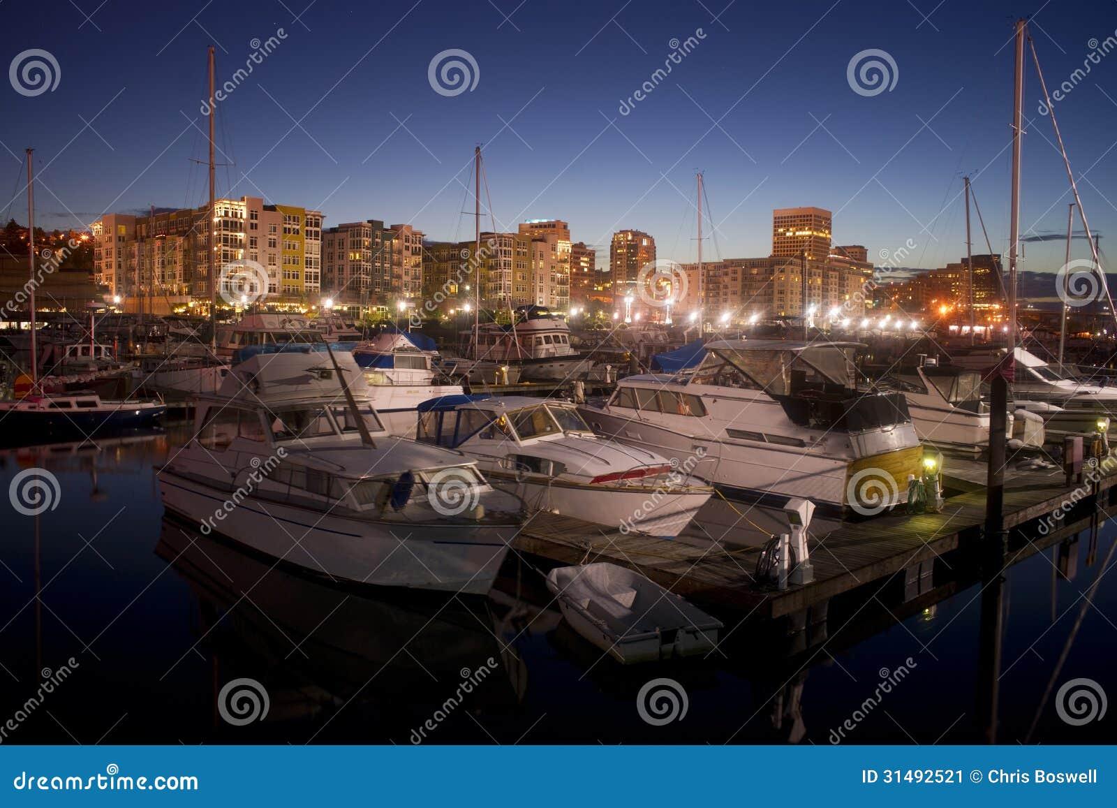 A noite cai em barcos amarrados Marina Thea Foss Waterway Tacoma