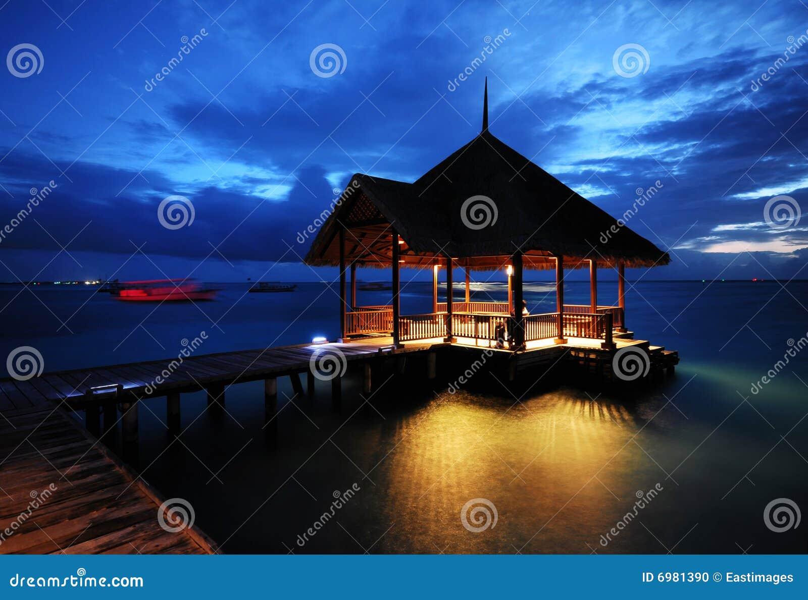 A noite Charming da casa de campo da água