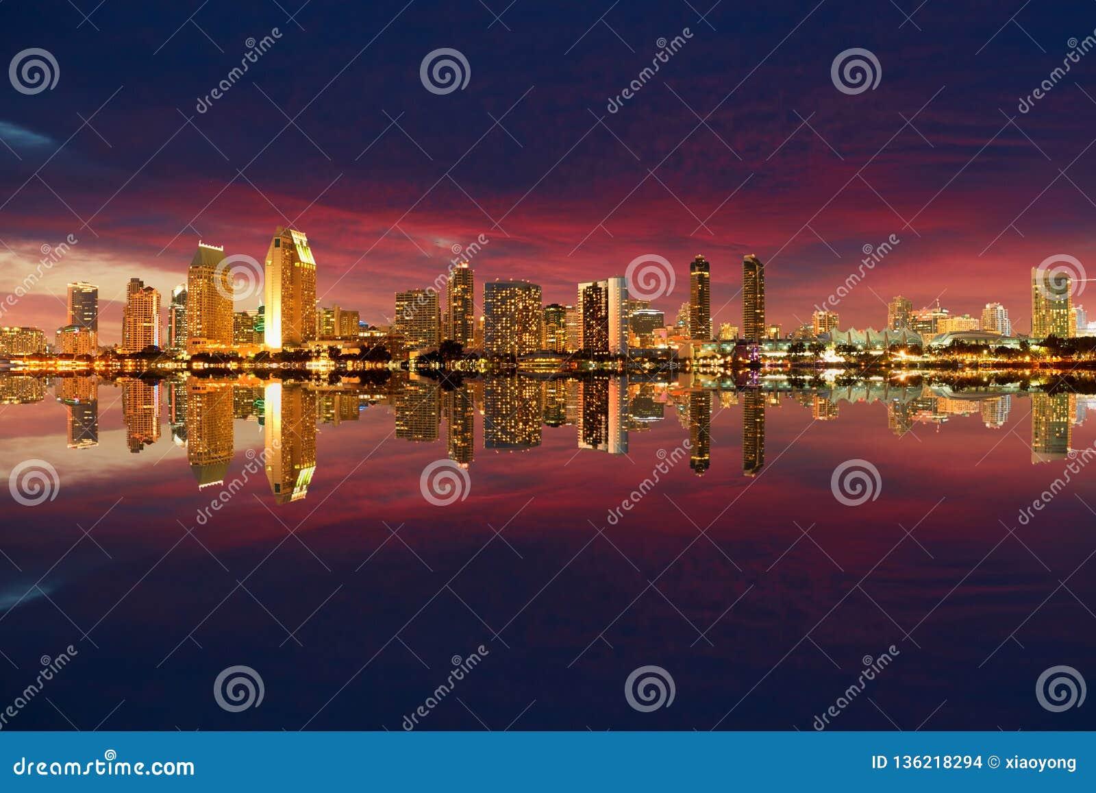 Noite da skyline de San Diego