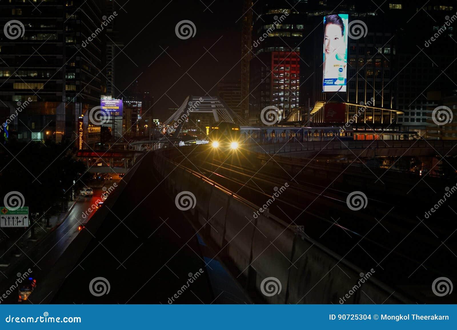 A noite de chegada de Chong Nonsi Station do trem de céu do sistema de transporte público BTS de Banguecoque