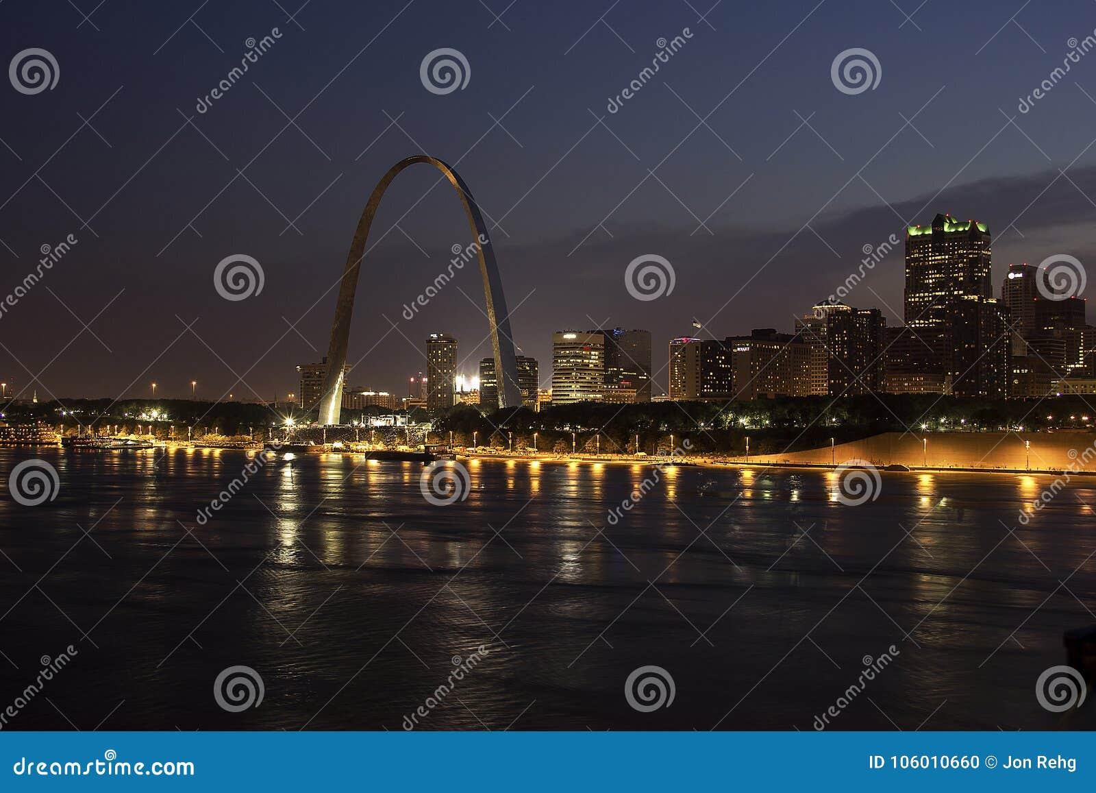Noite de negligência do rio Mississípi do St Louis Skyline do arco da entrada