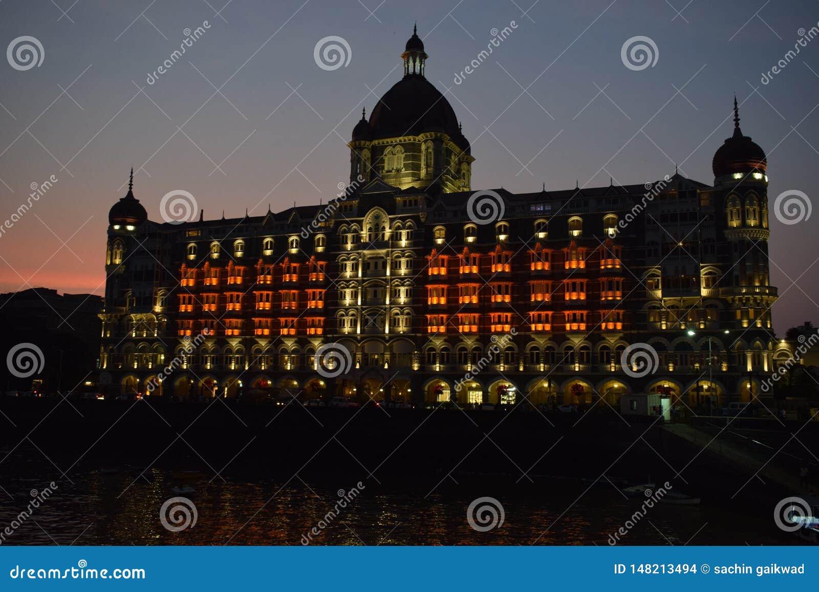 Noite disparada do hotel de luxo de 5 estrelas do palácio mahal do taj & do marco icônico do mar-revestimento em Colaba, Mumbai s
