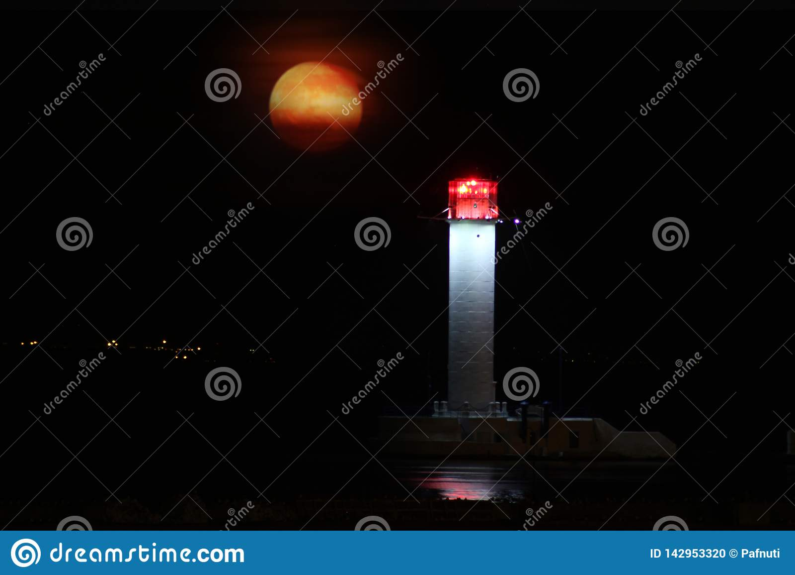 Noite do farol de Vorontsov contra a aumentação da lua vermelha grande