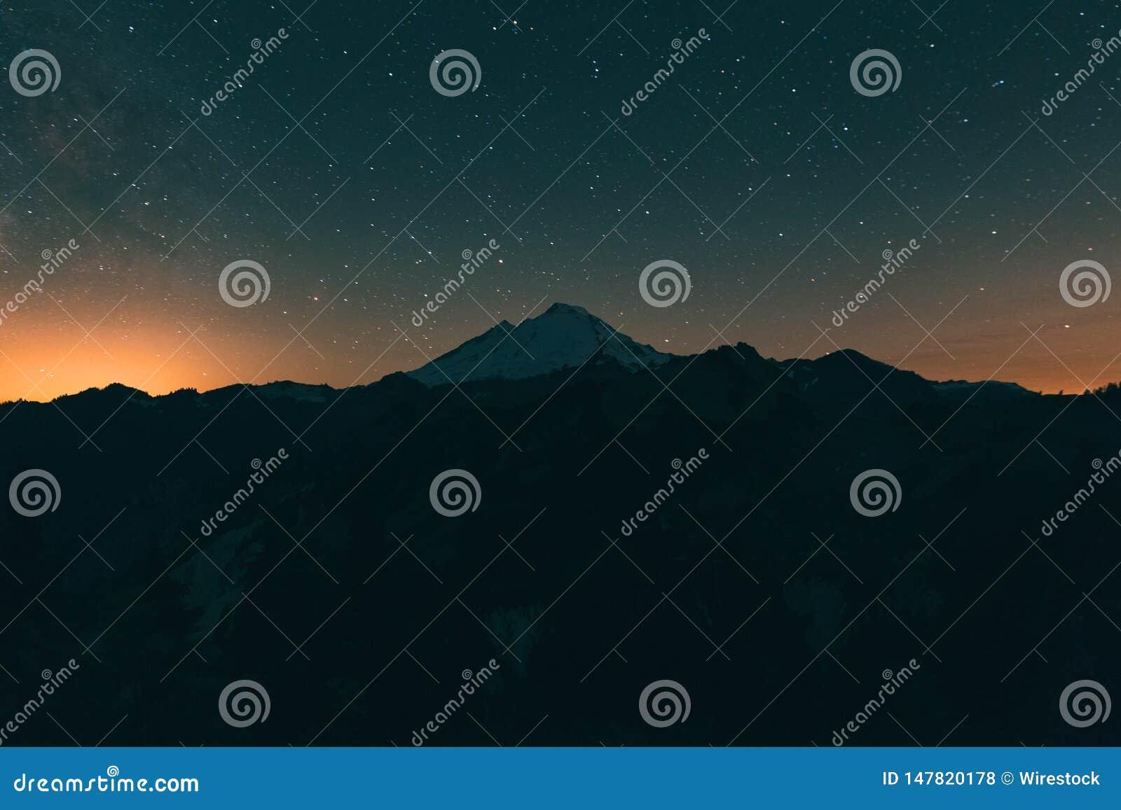 Noite estrelado de surpresa nas montanhas rochosas