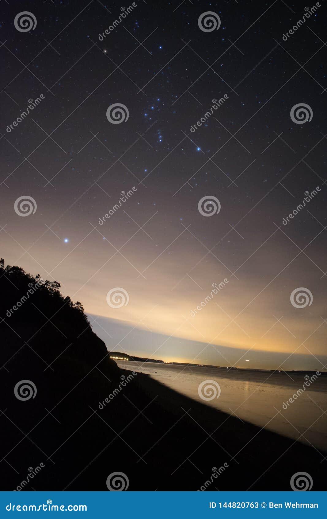 Noite estrelado na praia