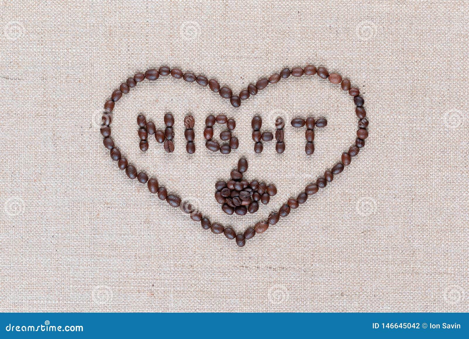 A noite no sinal do coração dos feijões de café isolados na textura do linea, disparou em próximo acima