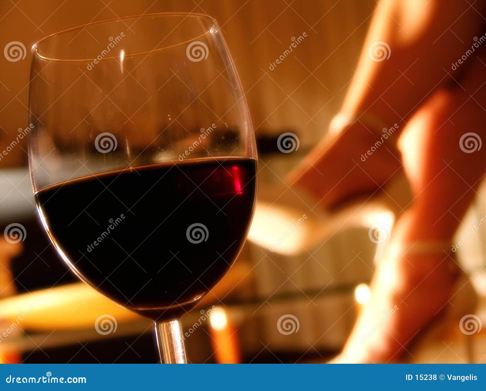 Noite romântica com um vidro do vinho