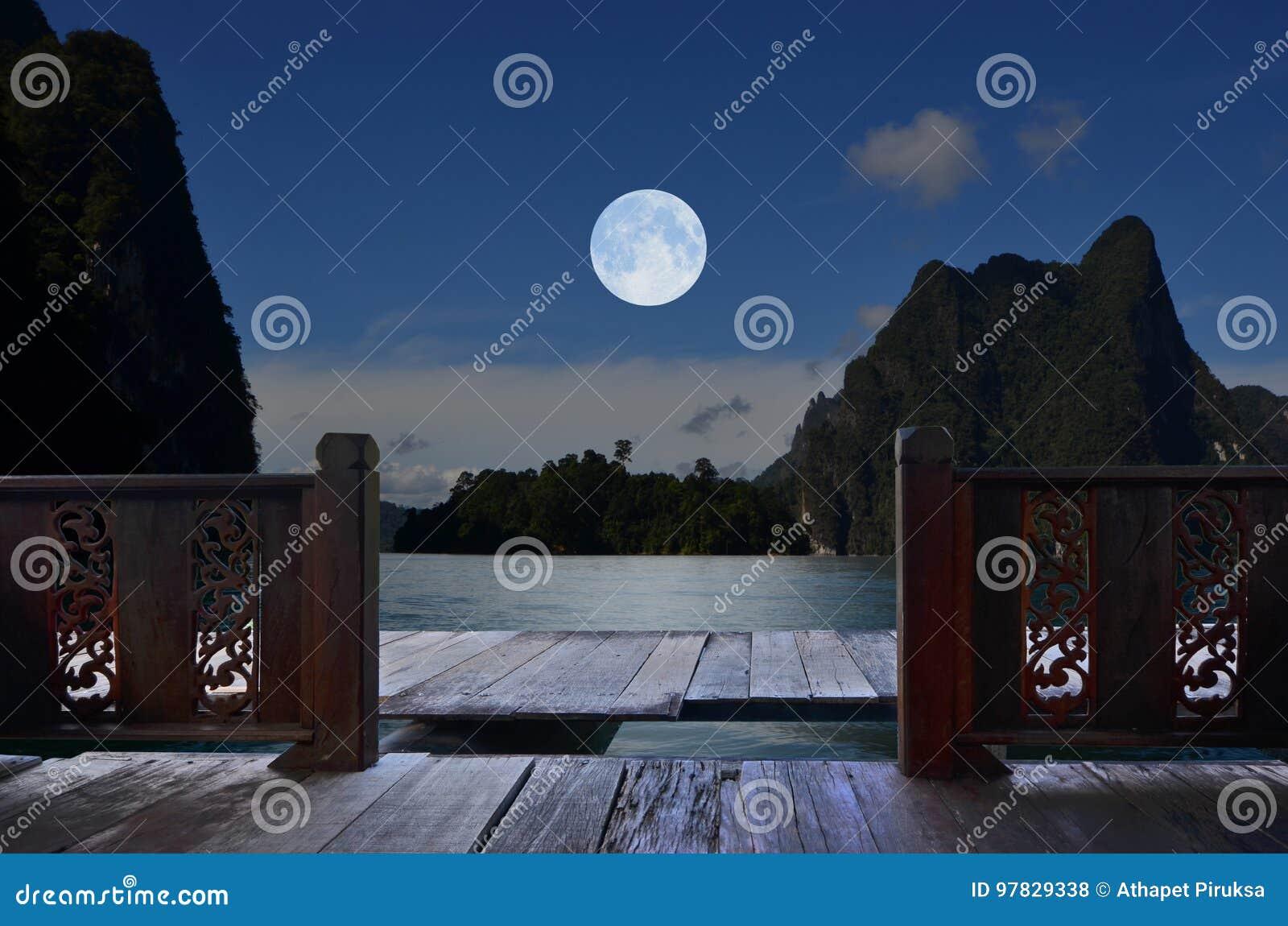 Noite romântica da Lua cheia na opinião do balcão