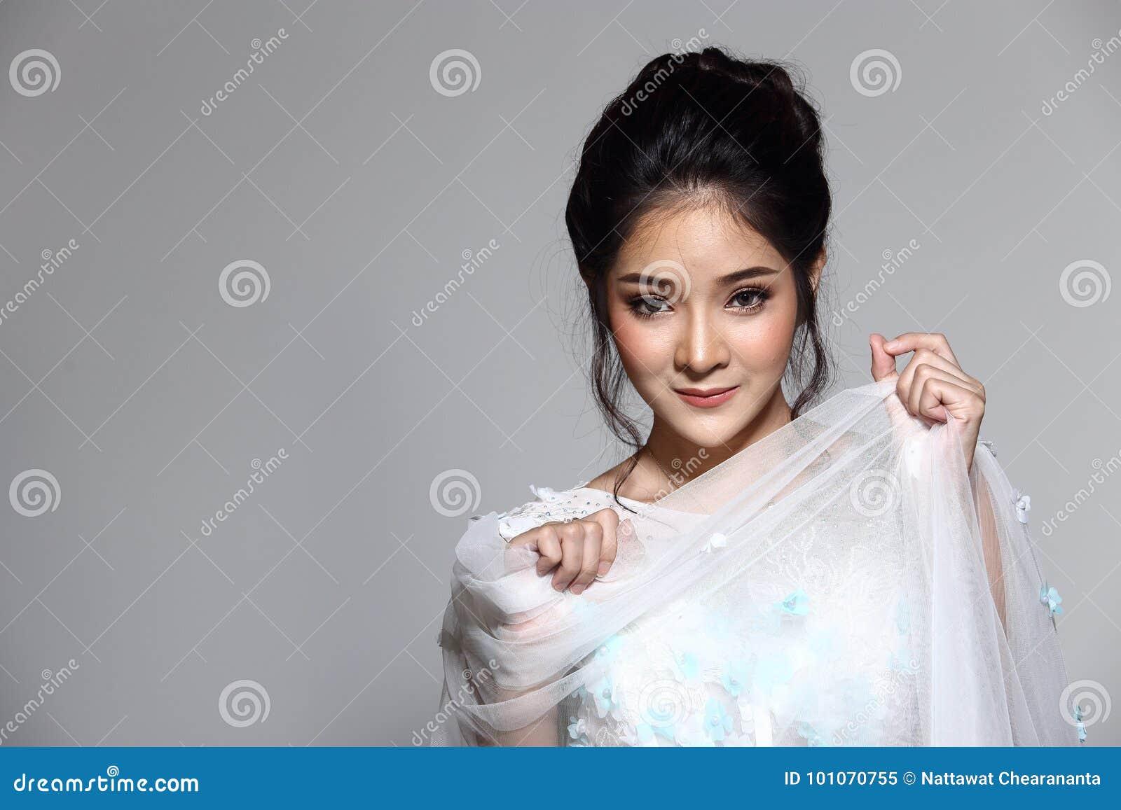 Noiva bonita asiática bonita da mulher no vestido branco w do vestido de casamento