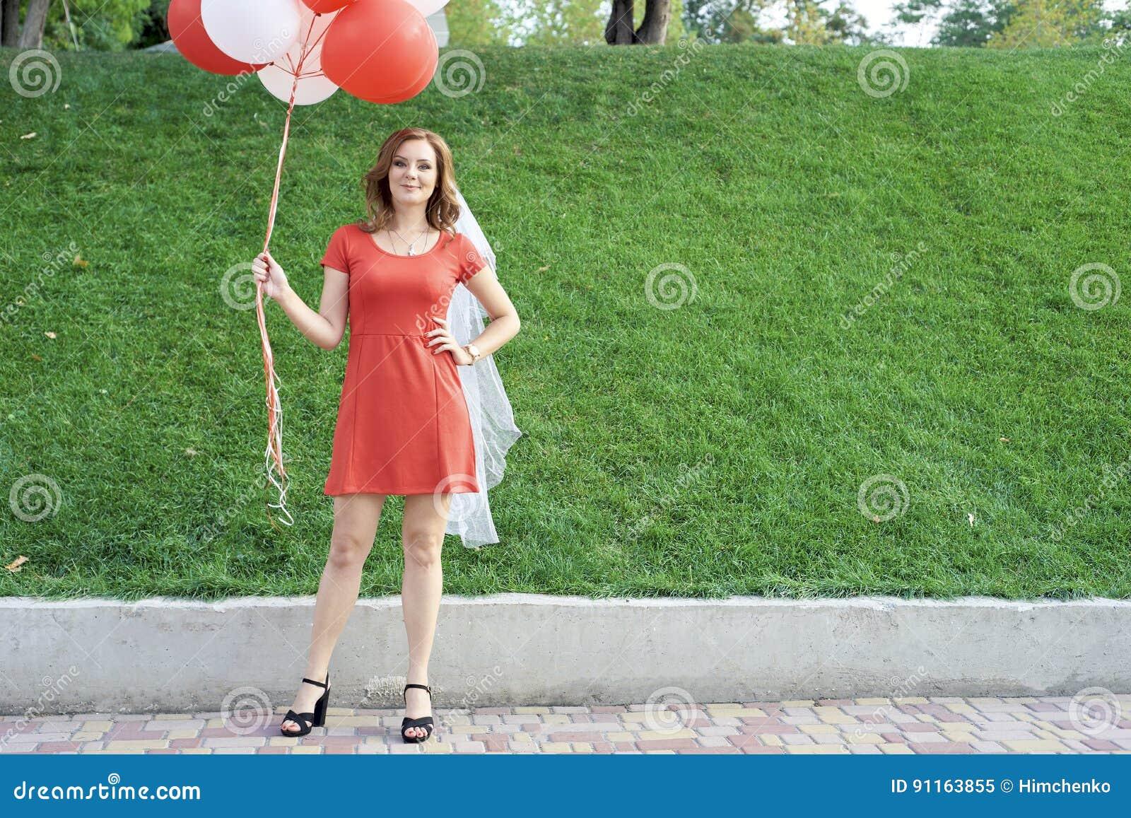 Noiva bonita com os balões no parque