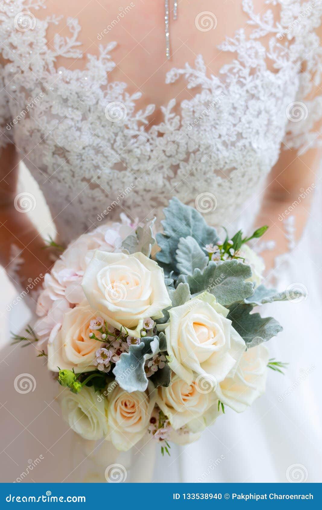 A noiva bonita do casamento do ramalhete wed o projeto adulto novo do casamento