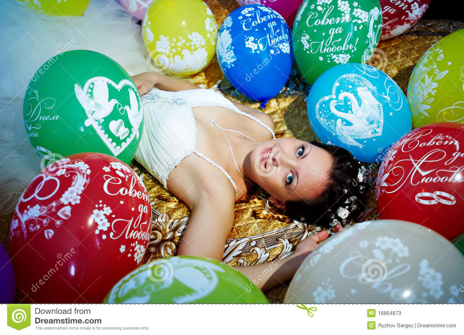 Noiva bonita e balões festivos