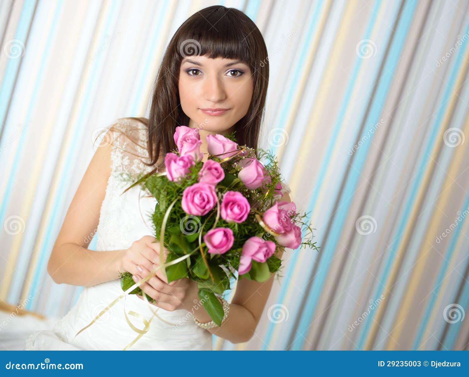 Download Noiva Bonita Que Guardara Um Ramalhete Imagem de Stock - Imagem de menina, composição: 29235003