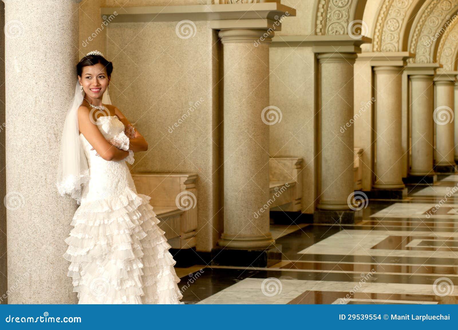 Noiva bonita que levanta na igreja cristã.