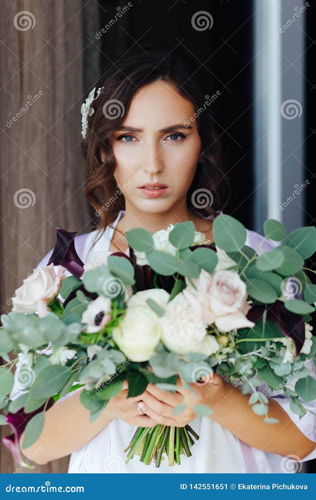 Noiva com um ramalhete do casamento