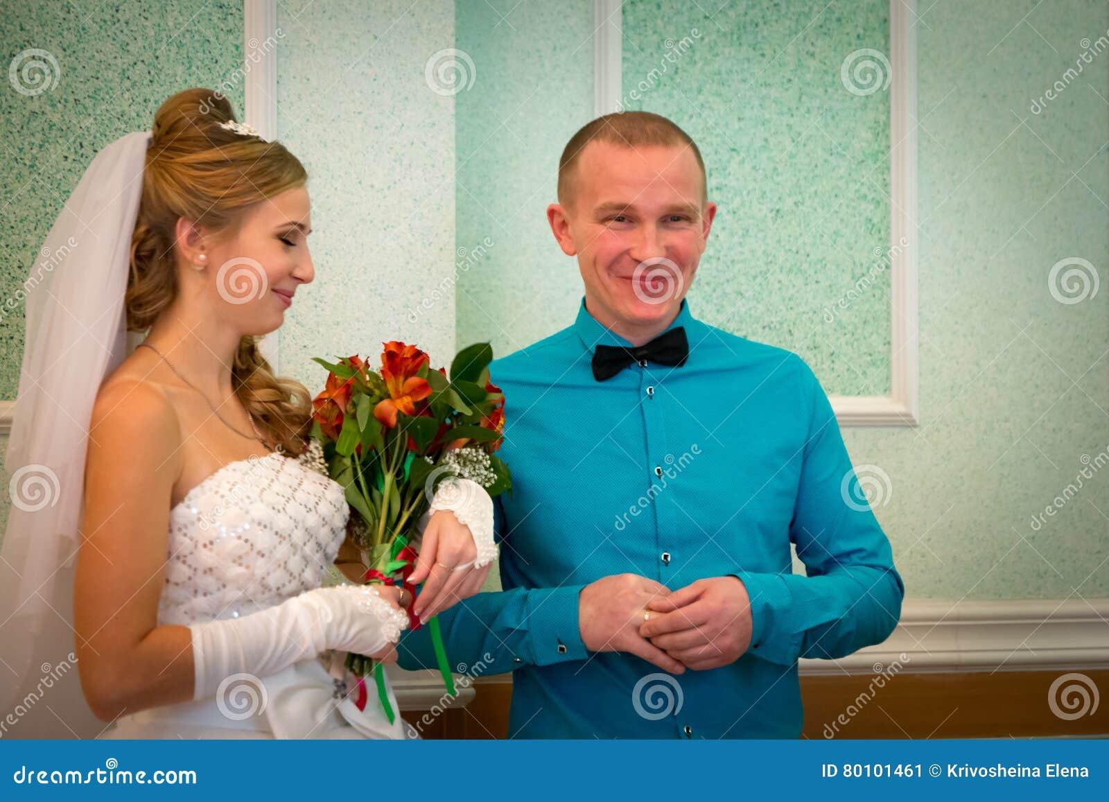 Noiva e noivo bonitos