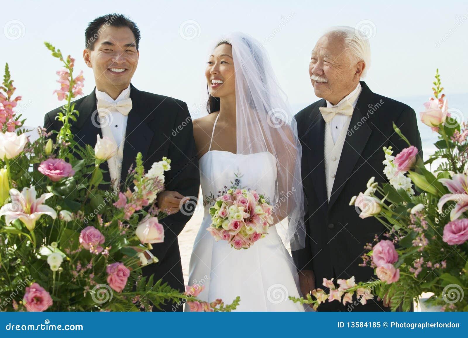 Noiva e noivo com pai