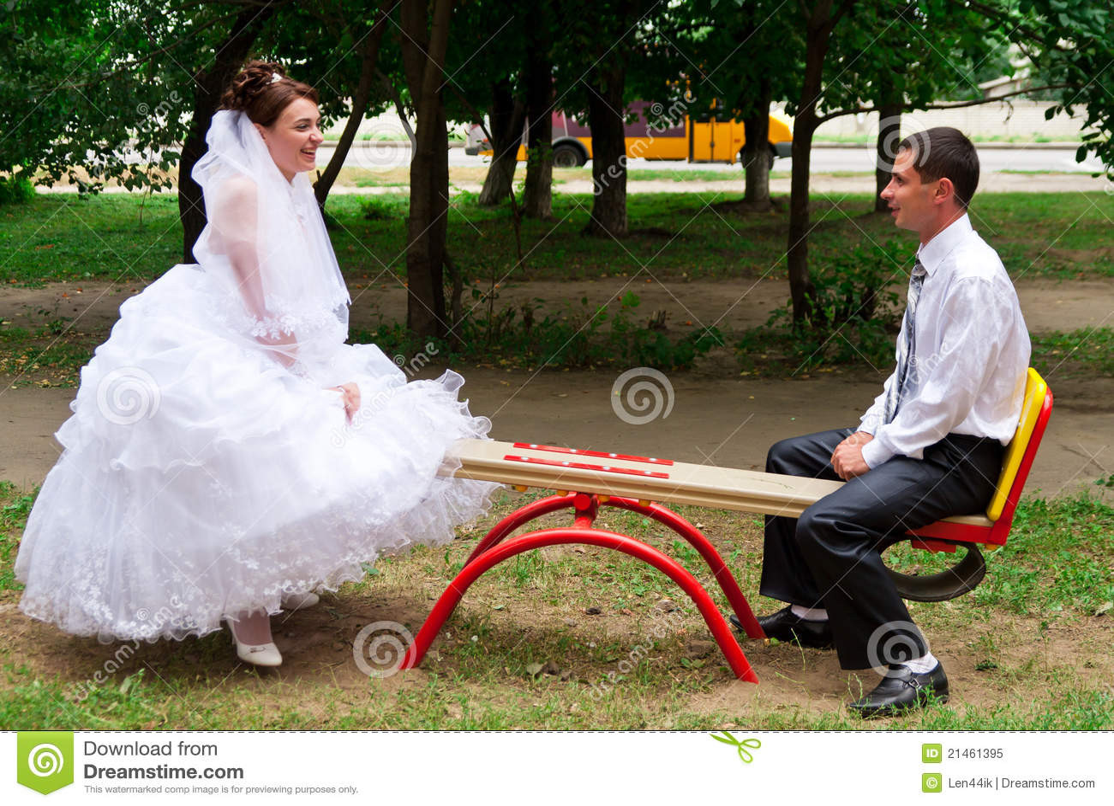 Noiva e noivo em um balanço